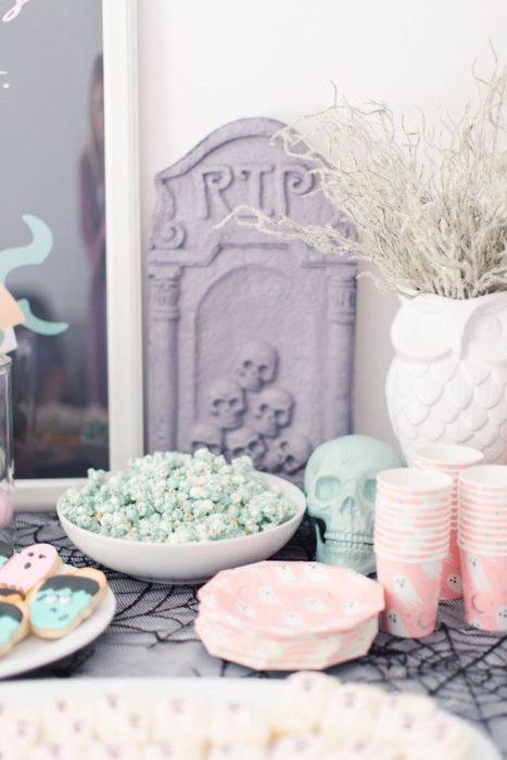 Mesa de dulces para Halloween en color pastel con palomitas de maíz color verdes