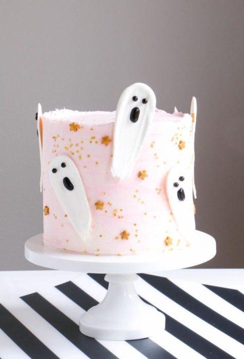 Pastel rosa con fantasmas blancas para halloween