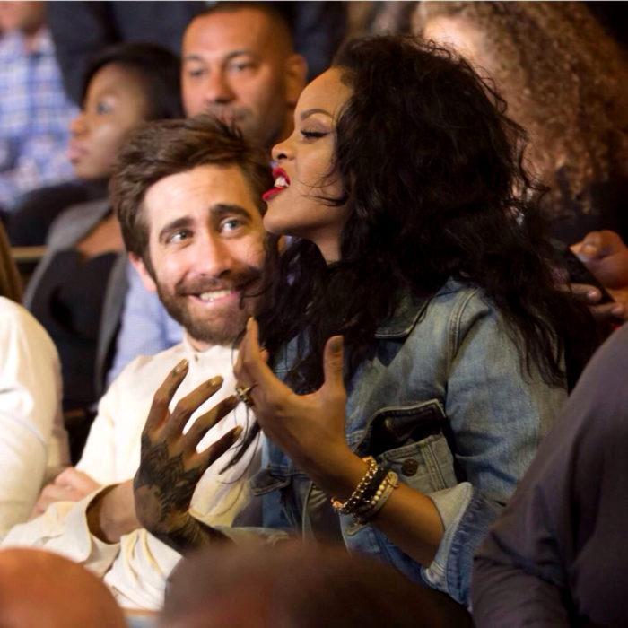 Jake Gyllenhaal mirando a otros famosos; Rihanna