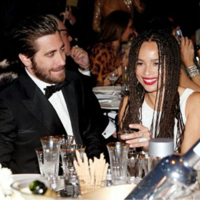 Jake Gyllenhaal mirando a otros famosos; Zoe Kravitz