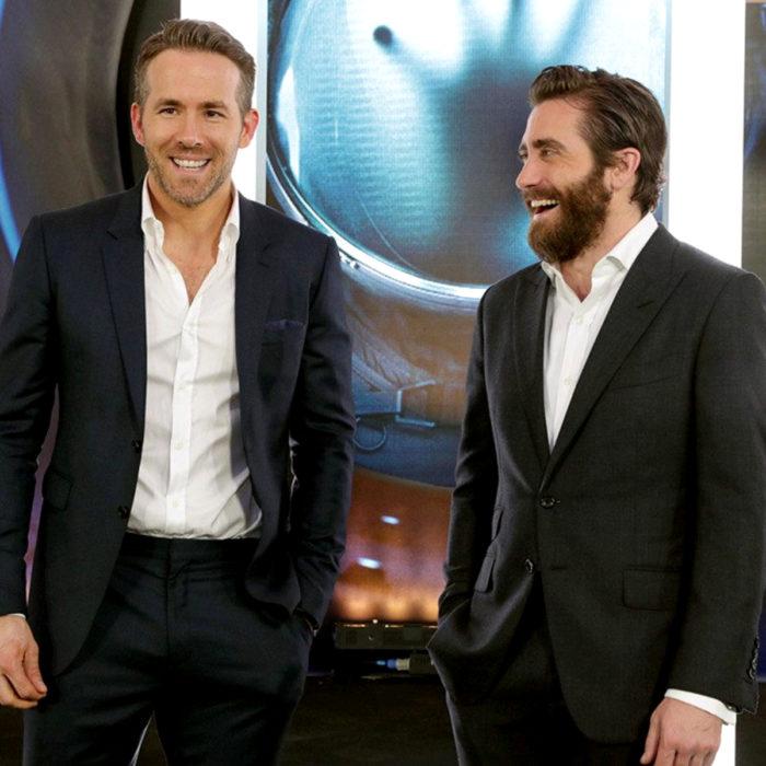 Jake Gyllenhaal mirando a otros famosos; Ryan Reynolds