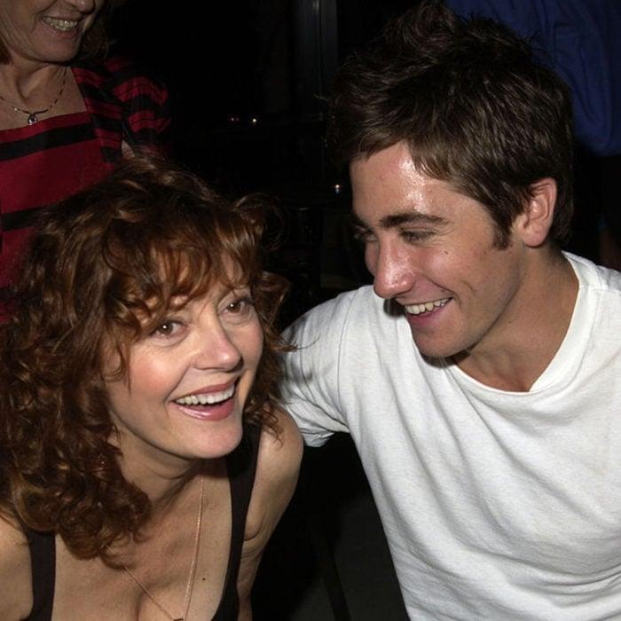 Jake Gyllenhaal mirando a otros famosos; Susan Sarandon