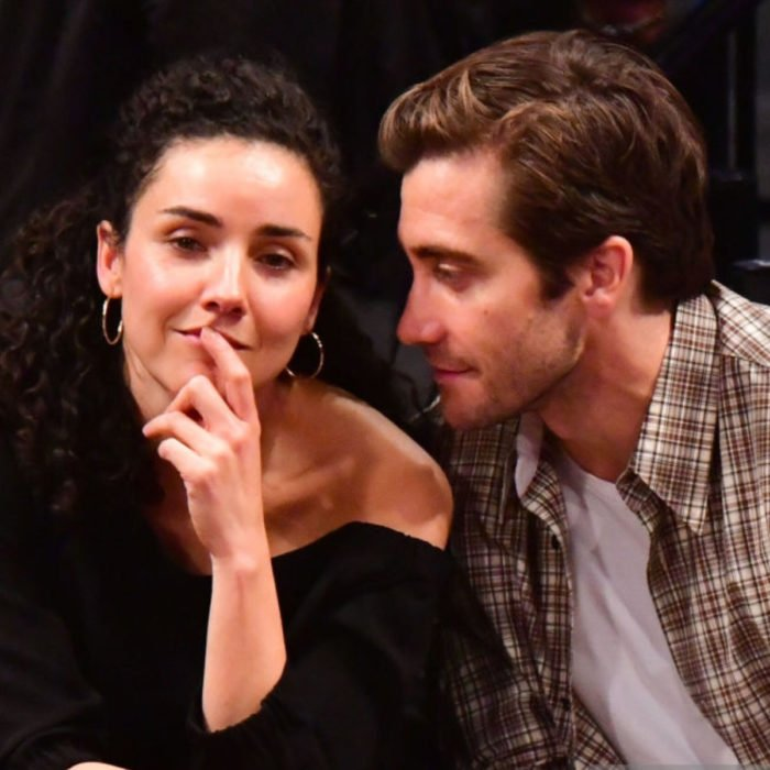 Jake Gyllenhaal mirando a otros famosos; Greta Caruso