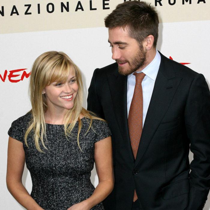 Jake Gyllenhaal mirando a otros famosos; Reese Witherspoom