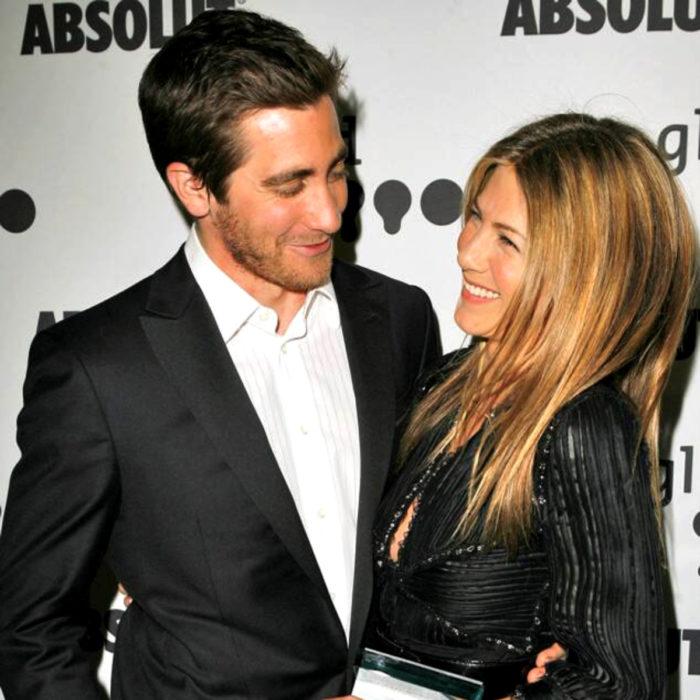 Jake Gyllenhaal mirando a otros famosos; Jennifer Aniston