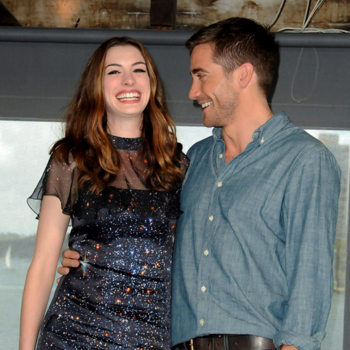 Jake Gyllenhaal mirando a otros famosos; Anne Hathaway