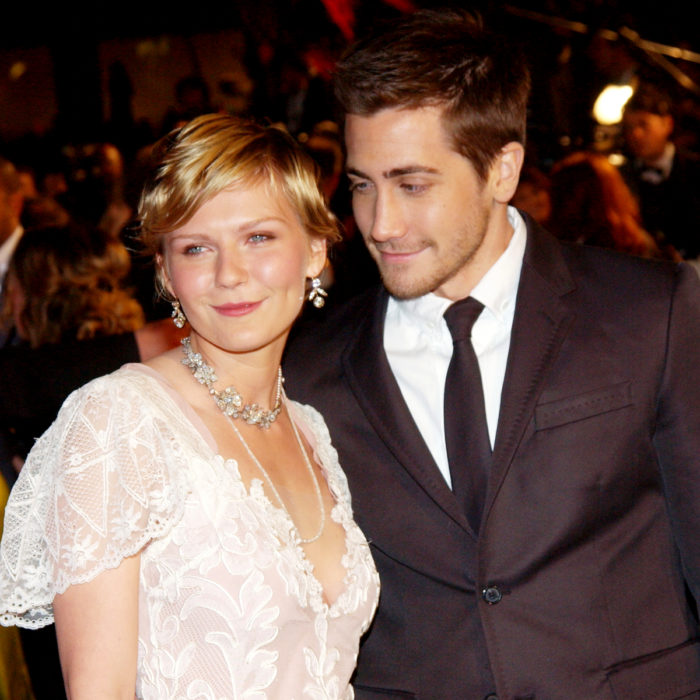 Jake Gyllenhaal mirando a otros famosos; Kirsten Dunst