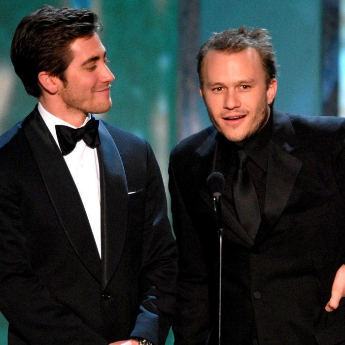 Jake Gyllenhaal mirando a otros famosos; Heath Ledger