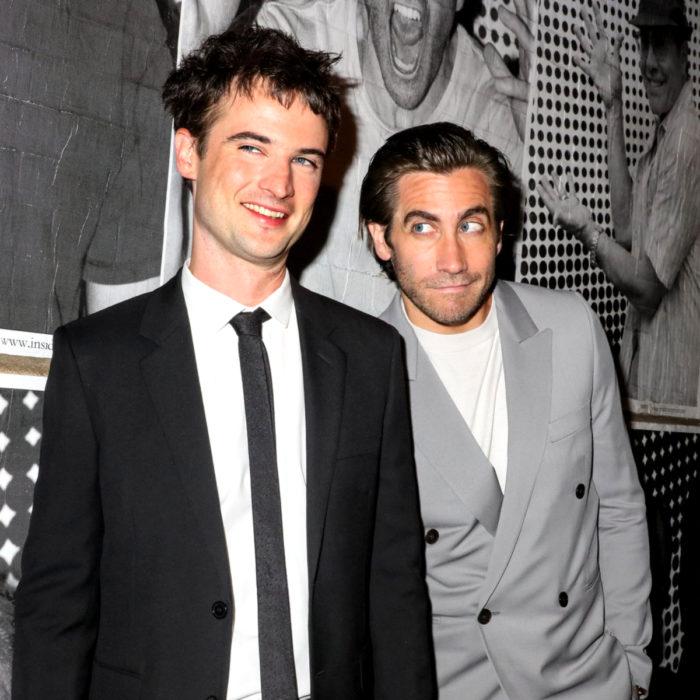 Jake Gyllenhaal mirando a otros famosos; Jim Sturgess