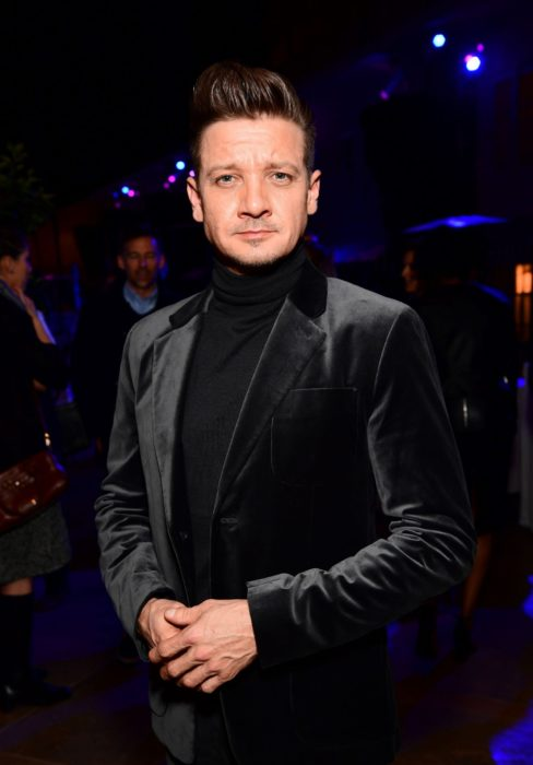 Jeremy Renner usando outfit negro