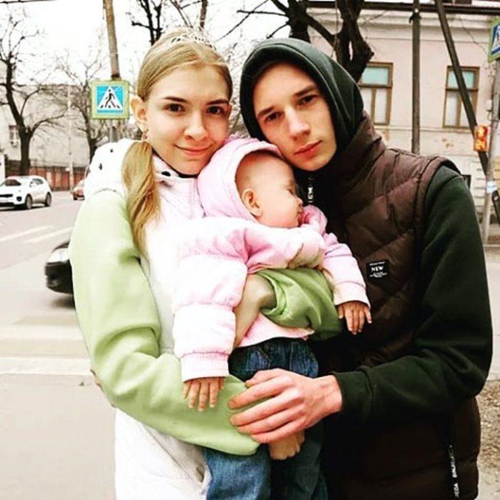 Lada Koroleva con su expereja y su bebé