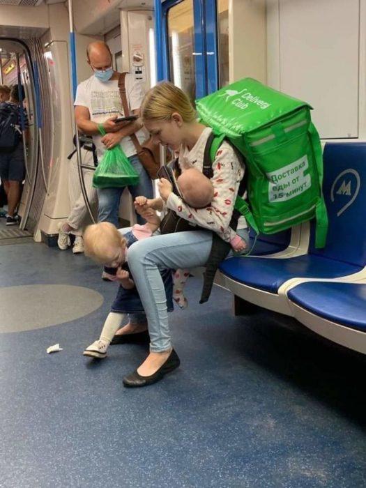 Lada Koroleva repartidora de comida con sus dos hijos en el metro de Moscú