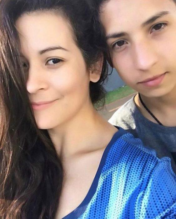 Chico junto a su madre tomando una selfie para celebrar que venció la leucemia