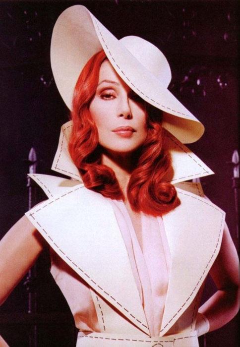 Looks icónicos de Cher; cabello rojo, peinado vintage, sombrero y saco blanco