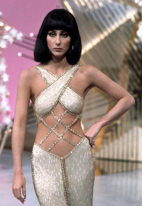 Looks icónicos de Cher; cabello corte bob, a los hombros, color negro, lacio y con fleco