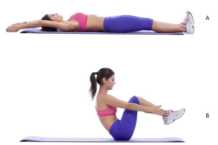 Mujer con pants morado y top rosa hace ejercicios de abdomen en el piso