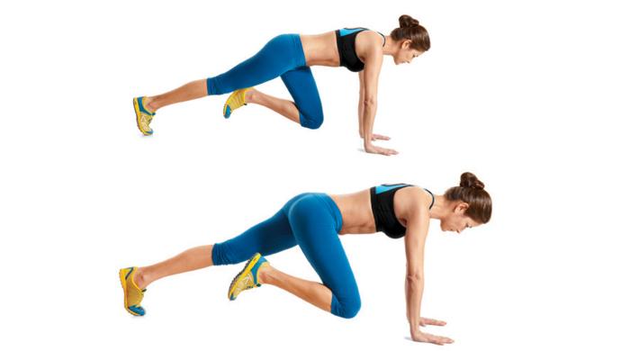 Mujer con conjunto deportivo azul hace escaladas