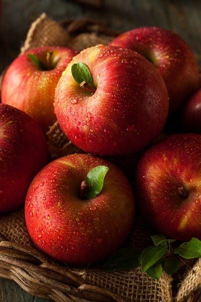 Canasta con manzanas rojas