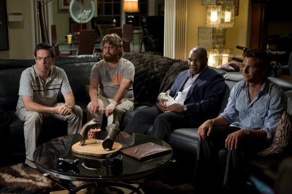 Boxeador Mike Tayson sentado en un sofá durante el cameo en la película qué pasó ayer