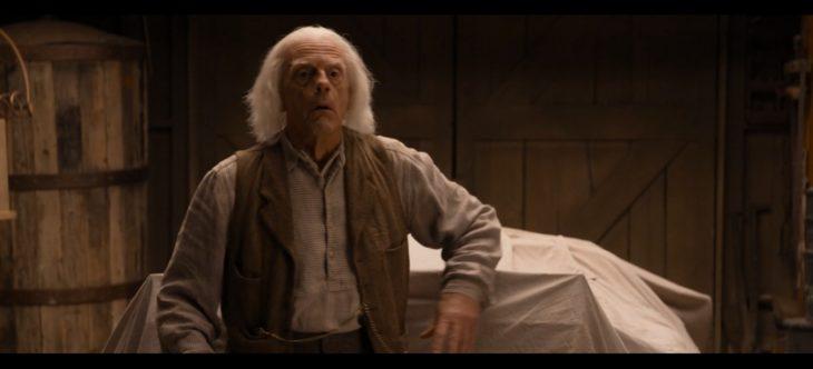 Dr. Emmet Brown en un cameo en la película un millón de millas en el oeste