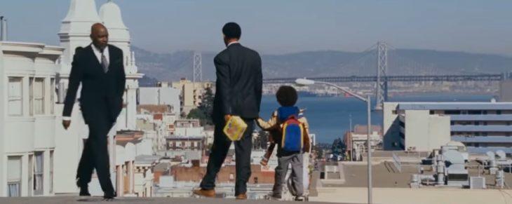 Chris de busca de la felicidad caminando de la mano junto a su hijo y viendo al verdadero Chris