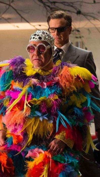 Elton John usando un traje llamativo