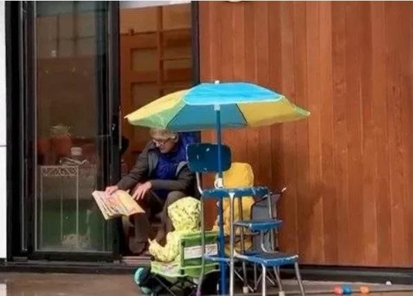Abuelita leyendo cuento a sus nietos