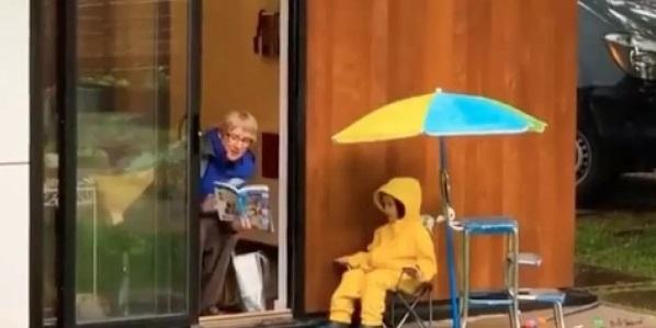 Abuelita lee cuentos a sus nietos durante la pandema