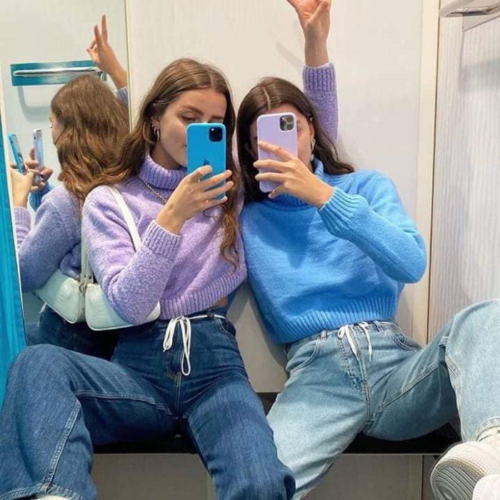 Chicas usando jeans y suéteres lila y azul