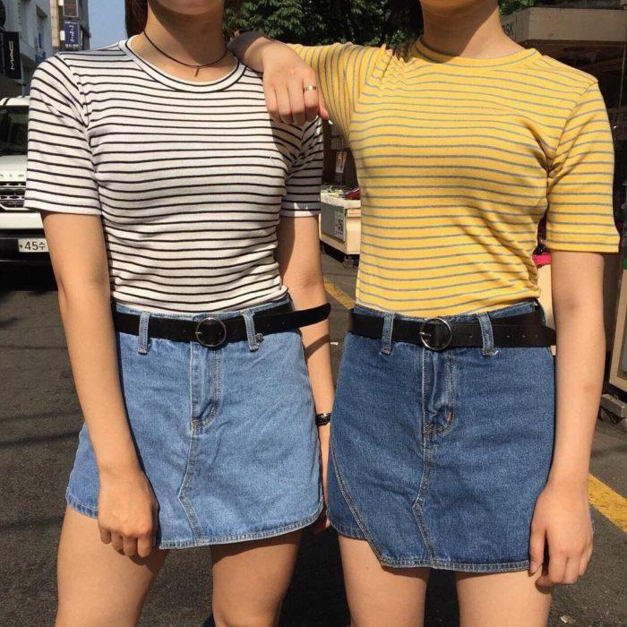 Chicas usando minifaldas y playeras de rayas horizontales