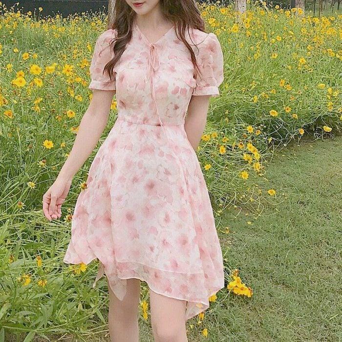 Chica usando outfit con detalles en baby pink en vestido con estampado de flores