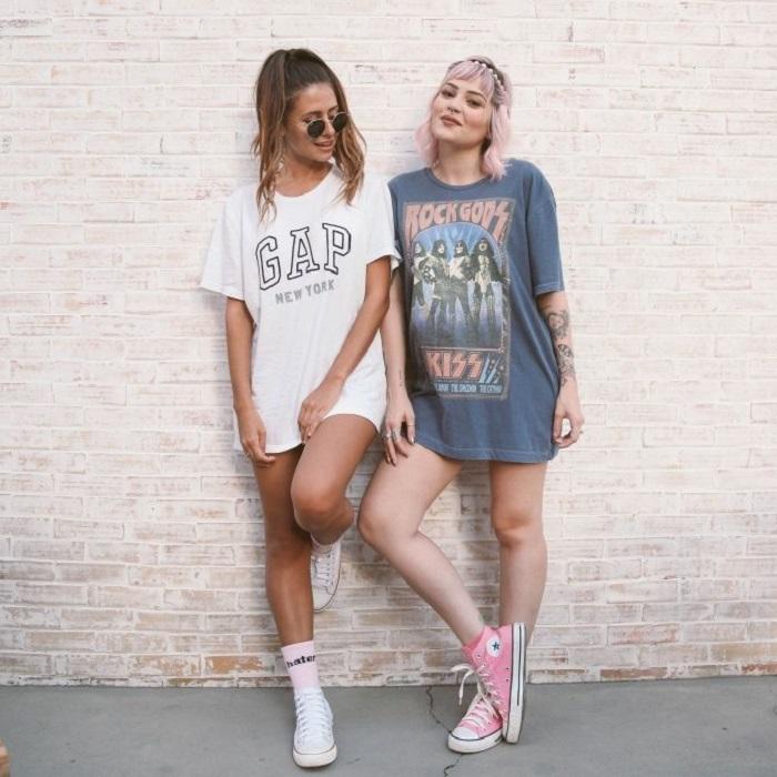 Chicas usando converse y playeras oversized