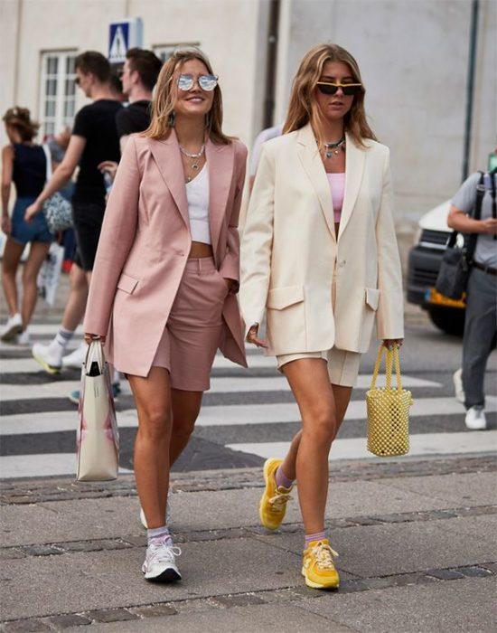 Chicas usando short de vestir y blazzer beige y rosa palo