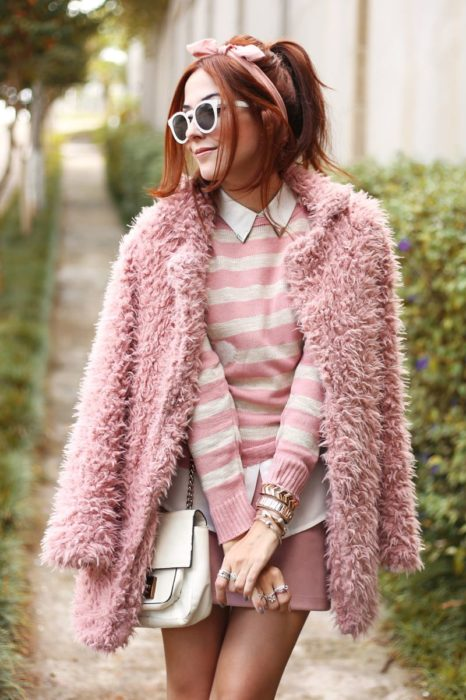 Girl wearing outfit with baby pink details in all her look