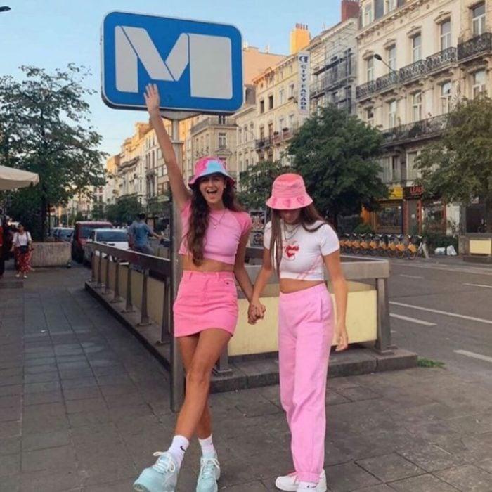 Chicas usando conjuntos en tonos rosas