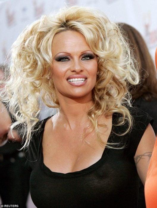 Pamela Anderson con extensiones de cabello