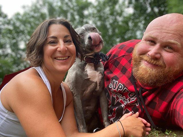 Chris y Mariesa Hughes con perrito adoptado