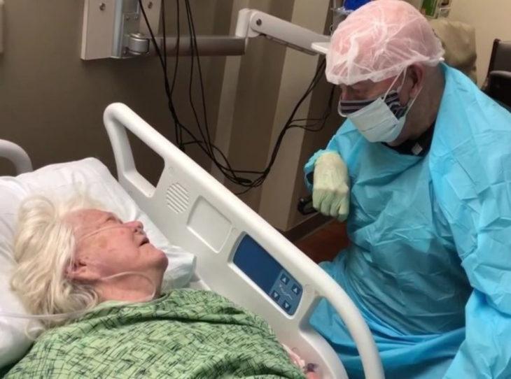 Sam y Joanne Reck; pareja de viejitos tomados de la mano en el hospital