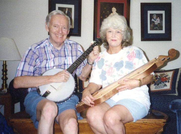 Sam y Joanne Reck; pareja de viejitos tocando el banjo