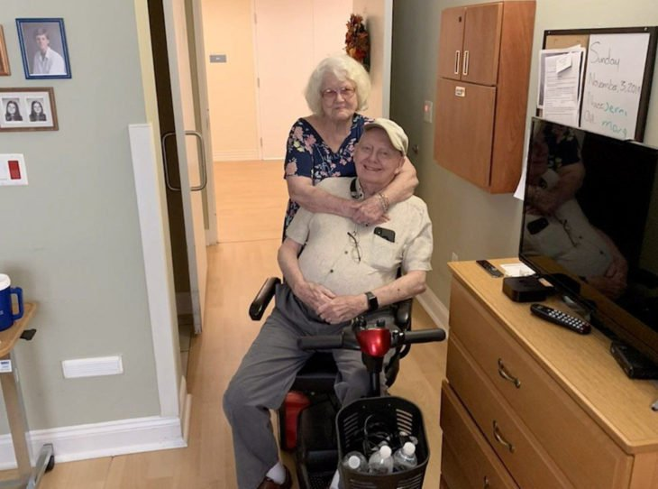 Sam y Joanne Reck; pareja de viejitos abrazados