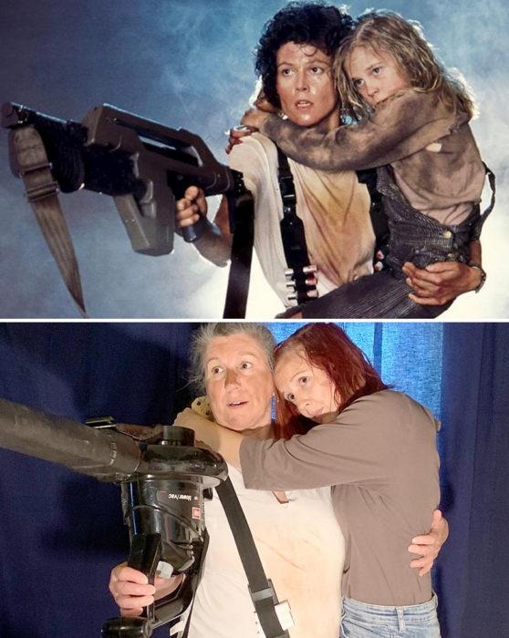 Pareja recrea escena de la película Alien abrazdos y sosteniendo un arma de juguete