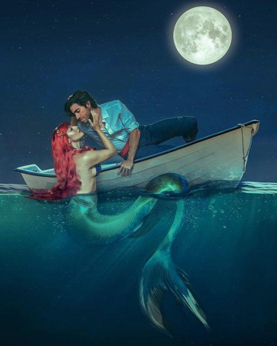 Pareja recreando escena de La sirenita, Disney, con Ariel y el príncipe Eric