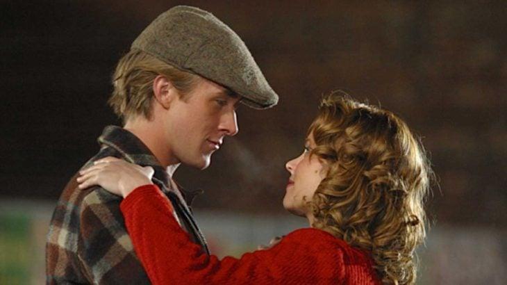 Rachel McAdams y Ryan Gosling en la escena de the notebook mirándose uno al otro mientras bailan