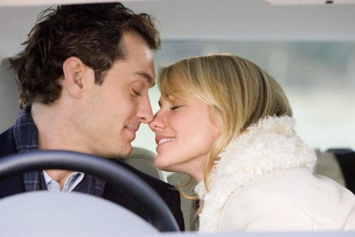 Cameron Diaz y Jude Law besandose durante una escena de la película The Holiday