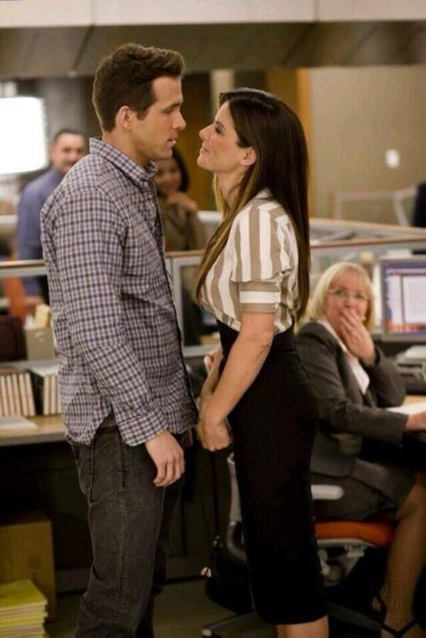 Sandra Bullock y Ryan Reynolds abrazados durante una escena de la película amigos con beneficios