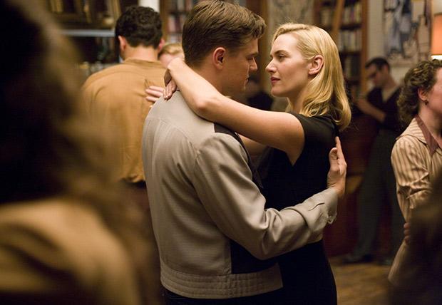 Kate Winslet y Leonardo Dicaprio en la escena de la película Solo un sueño mientras están bailando