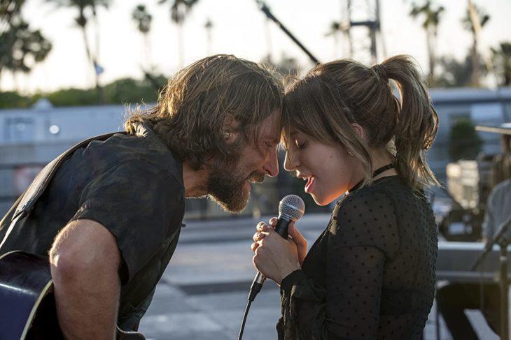 Lady Gaga y Bradley Coopercantando juntos durante una escena de la película A star is a born