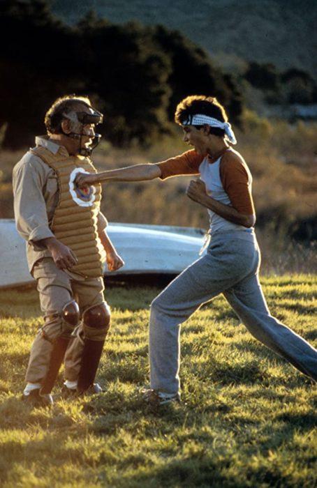 Escena de la película Karate Kid en la que se muestra a un chico aprendiendo artes marciales