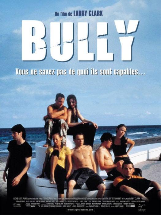 Cartel de la película Bully en la que se observa a varios chicos sentados frente a la playa