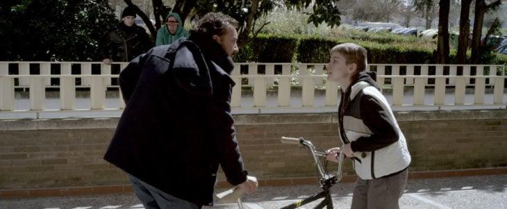 Escena de la película El País del miedo en la que se puede observar como un hombre está confrontando a un niño